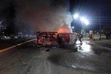Presuntos normalistas incendian y vuelcan unidades retenidas
