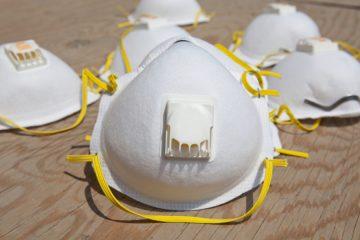 Un estudio sugiere que ni las pantallas plásticas ni las mascarillas con válvula son efectivas contra el covid-19