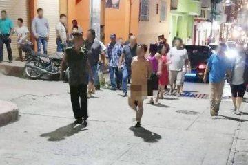 En Tapilula, habitantes pasean desnudo a presunto ladrón