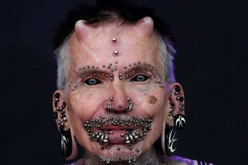 Esta es la persona con más modificaciones corporales, incluidos dos cuernos y más de 450 'piercings'