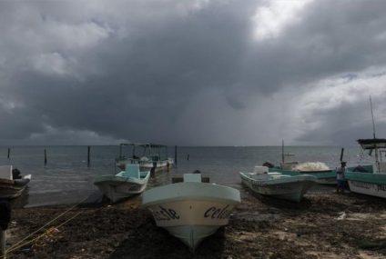 El huracán Delta toca tierra en la península de Yucatán y mantiene en alerta a la población