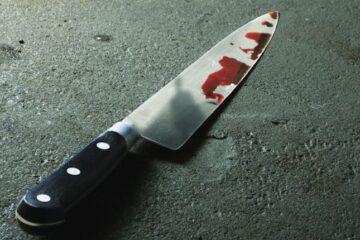 Intenta matarse cortándose el cuello con un cuchillo