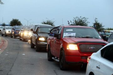 Entra de EU a México caravana de 700 autos; van con sus familias por fin de año