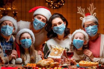 OMS pide usar cubrebocas durante reuniones familiares en Navidad