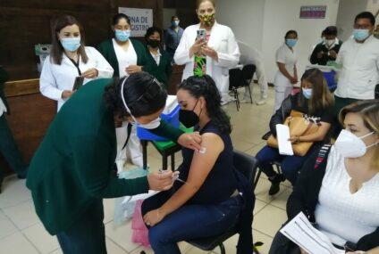 En población adulta mayor y sector educativo, avanza vacunación anti COVID-19 en Chiapas