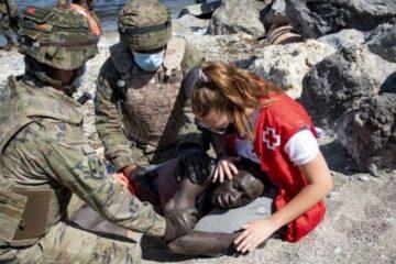Migrantes se enfrentan contra la policía en su intento por llegar a Ceuta