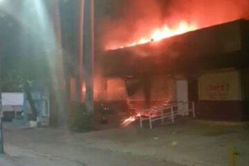 Normalistas incendian módulo del INE en Tuxtla Gutiérrez