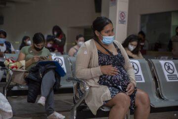 Mujeres embarazadas son vacunadas en centro de salud del ISSSTE en Tuxtla