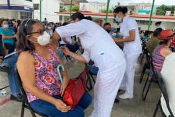 Se ha vacunado contra COVID-19 al 80 % de personas adultas mayores en Chiapas