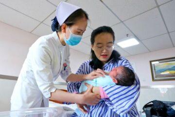 China permitirá tener hasta tres hijos por familia; población está envejeciendo rápido