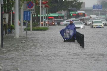 Pasajeros del metro atrapados con el agua casi al cuello y coches flotando por fuertes inundaciones en China