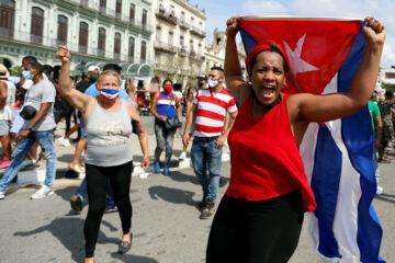 """Histórica protesta nacional en Cuba: """"abajo la dictadura"""", gritan"""
