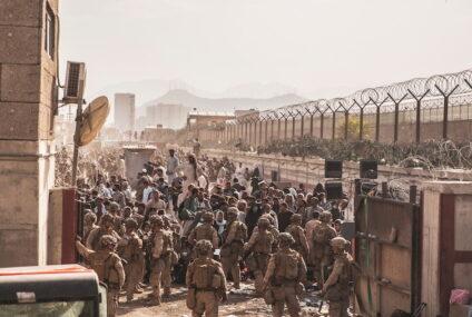 La Embajada de EE.UU. pide a sus ciudadanos no ir al aeropuerto de Kabul por una «amenaza de seguridad»