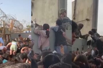 Bebés y niños son entregados a soldados en Kabul para que los saquen de Afganistán