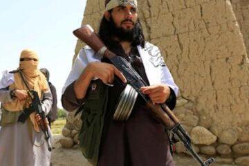 """Con fuegos artificiales, talibanes proclaman """"plena independencia"""" de Afganistán tras retirada de EU"""