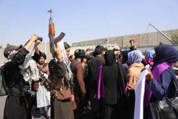 Con disparos, fuerzas talibanes detienen protesta de mujeres en Afganistán