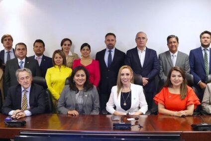 """Senadores del PAN reciben a líder de VOX y firman """"carta contra el comunismo"""""""