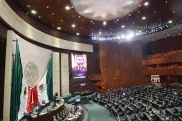 Morena busca reducir el número de diputados y senadores