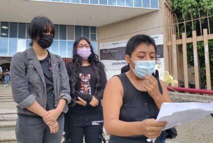 Feministas universitarias se pronuncian frente a la FGE por el feminicidio de la médica Mariana Sánchez